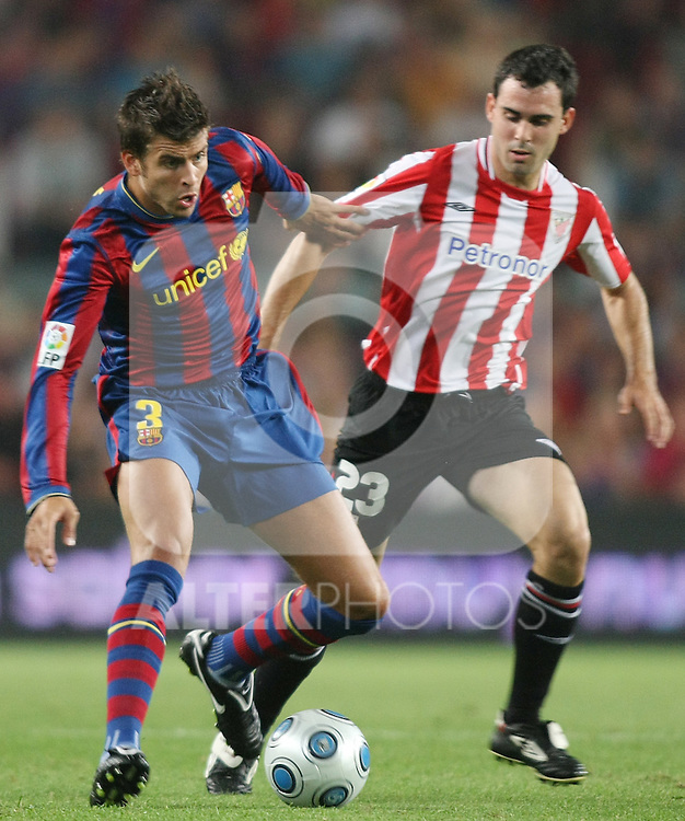 FC Barcelona's Gerard Pique (l)  and Athletic de Bilbao's Inigo Diaz de Cerio during the Supercup of Spain.August 23 2009. (ALTERPHOTOS/Acero)
