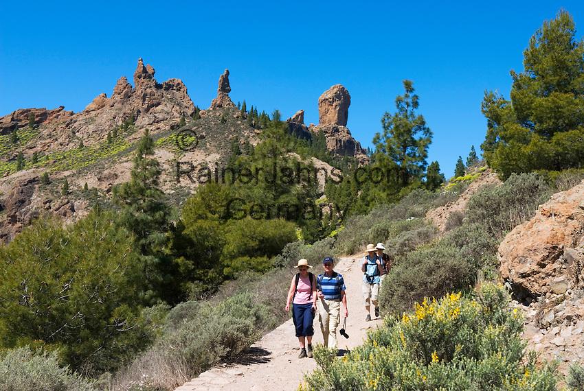 Spain, Gran Canaria, near Tejeda, Roque Nublo with walkers   Spanien, Gran Canaria, bei Tejeda, Wanderer am Roque Nublo