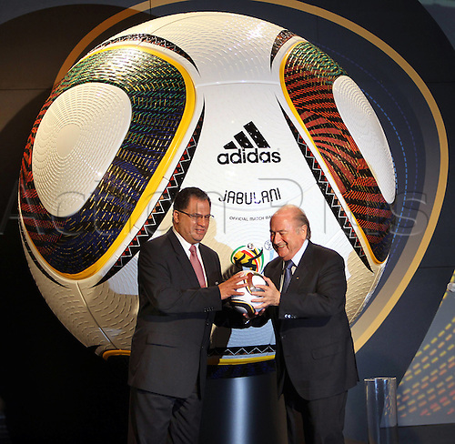 04 12 2009 Copyright Pictures Football FIFA World Cup 2010 Lots Cape Town  04 Dec 09 Football FIFA World Cup 2010 Group draw Praesentation the official World Cup Balls Picture shows Danny Jordaan CEO the local Organisations  and President Joseph Blatter FIFA with the official World Cup Ball  Photo: Imago Photodienst/Actionplus - UK Editorial Use