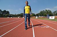 SAO PAULO, SP, 08 DE JUNHO DE 2013 - ENTREGA NOVA PISTA DE ATLETISMO USP:  o atleta olímpico Marílson Gomes dos Santos (amarelo) participou na manhã deste sábado (08), na Cidade Universitária de São Paulo, da entrega da nova pista de atletismo do Centro de Práticas Esportivas da Universidade de São Paulo (Cepeusp). O equipamento foi totalmente reconstruído com recursos da Lei de Incentivo ao Esporte, que autorizou a captação de R$ 1,6 milhão. As obras da reforma duraram cerca de dez meses e fazem parte de um Complexo Poliesportivo que tem como objetivo planejar, coordenar e implementar as ações necessárias à prática de atividades físicas, esportivas e recreativas no âmbito da universidade, estendendo sempre esses benefícios à comunidade externa. FOTO: LEVI BIANCO - BRAZIL PHOTO PRESS.