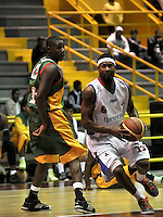 BOGOTA - COLOMBIA: 25-10-2013: Kyle La Monte (Der.) jugador de Guerreros de Bogota, disputa el balón con Henry Alfrich (Izq.) de  Caribbean Heat de Cartagena, octubre 25 de 2013. Guerreros de Bogota y Caribbean Heat de Cartagena , durante partido de la fecha 31 de la fase I de la Liga Directv Profesional de Baloncesto 2 en partido jugado en el Coliseo El Salitre. (Foto: VizzorImage / Luis Ramirez / Staff). Kyle La Monte (R) of Guerreros from Bogota disputes the ball with Henry Alfrich (L) from Caribbean Heat de Cartagena, October 25, 2013. Guerreros de Bogota y Caribbean Heat de Cartagena during a match for the 31 date of the Fase II of the League of Professional Directv Basketball 2 game at the El Salitre Coliseum. (Photo. VizzorImage / Luis Ramirez / Staff)