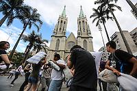SAO PAULO, SP, 06 ABRIL 2013 - FLASH MOB GUERRA DE TRAVESSEIROS - Jovens participam de Guerra de Travesseiros (Pillow Fight) evento combinado pela internet onde mais de 20 cidades no mundo, entre elas Londres, Nova York, Paris e Sydney, participaram da brincadeira do International Pillow Fight Day (O Dia Mundial da Guerra de Travesseiros), na Praça da Sé região central de São Paulo, neste sábado, 06. FOTO: WILLIAM VOLCOV / BRAZIL PHOTO PRESS.
