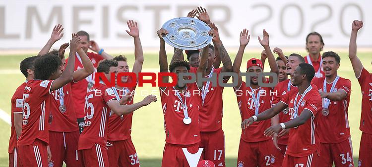27.06.2020, Fussball: nph00001 1. Bundesliga 2019/2020, 34. Spieltag, VfL Wolfsburg - FC Bayern Muenchen, in der Volkswagen-Arena Wolfsburg. Siegerehrung nach dem Spiel: Der FC Bayern MŸnchen feiert den Gewinn der 30. Deutschen Meisterschaft. Kingsley Coman (mi., Bayern MŸnchen) mit der Schale<br /><br />Foto: Bernd Feil/M.i.S./ /Pool/nordphoto<br /><br />Nur fŸr journalistische Zwecke! Only for editorial use! <br /><br />GemŠ§ den Vorgaben der DFL Deutsche Fussball: nph00001 Liga ist es untersagt, in dem Stadion und/oder vom Spiel angefertigte Fotoaufnahmen in Form von Sequenzbildern und/oder videoŠhnlichen Fotostrecken zu verwerten bzw. verwerten zu lassen. DFL regulations prohibit any use of photographs as image sequences and/or quasi-video.    <br /><br />National and international NewsAgencies OUT.