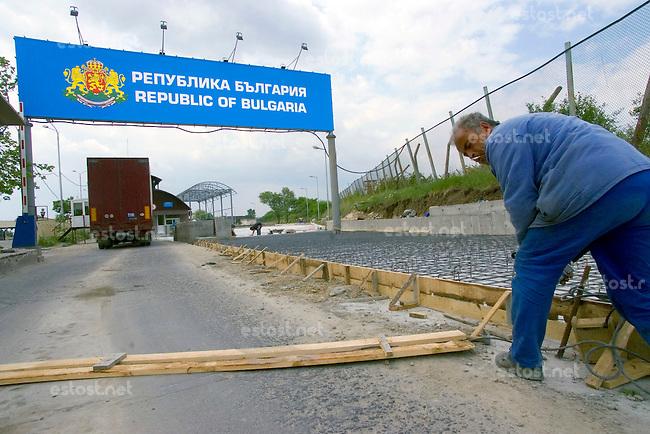 BULGARIEN, 05.2006.Kapitan Andrejewo.Grenzuebergang Bulgarien-Tuerkei (kuenftige EU-Schengen-Aussengrenze): Ausbau der LKW-Abfertigung mit EU-Mitteln fuer den stark gestiegenen Schwerlastverkehr. Aus der Tuerkei kommende Sattelschlepper. | Border crossing point Bulgaria-Turkey (future EU Schengen border): Further truck lanes for the heavy cargo traffic into the EU from Turkey..©? Martin Fejer/EST&OST
