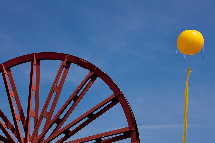 Europa, DEU, Deutschland, Nordrhein Westfalen, NRW, Rheinland, Niederrhein, Ruhrgebiet, Duisburg-Rheinhausen, Projekt Schachtzeichen 2010, Ehemailge Seilscheibe des Bergwerk Niederberg ( Neukirchen-Vluyn ) am Standort der ehemaligen Zeche Wilhelmine-Mevissen, RUHR.2010 - Großprojekt SchachtZeichen vom 22. bis 30. Mai 2010. Mit dieser flaechenmaeßig groeßten Kunstinstallation der Welt veranschaulichte die Kulturhauptstadt 2010 ihr Leitmotiv vom Wandel durch Kultur. 311 große gelbe Ballone ueber dem Himmel der Metropole Ruhr mit ihren langen Schweiffahnen markierten wie Stecknadeln die ehemaligen Schaechte des Ruhrgebiets. Auf dem Gelaende der ehemaligen Doppelschachtanlage 1/2  der Zeche Wilhelmine-Mevissen befindet sich heute ein Gewerbegebiet. Von den Nebenschaechten ist keine Spur mehr vorzufinden., Kategorien und Themen, Kunst, Kunstwerke, Bildende Kunst, Kuenste, Skulptur, Skulpturen, Industrie, Industriegeschichte, Industriekultur, Industriefotografie, Wirtschaft, Wirtschaftsthemen, Geschichte, Historisch....[Fuer die Nutzung gelten die jeweils gueltigen Allgemeinen Liefer-und Geschaeftsbedingungen. Nutzung nur gegen Verwendungsmeldung und Nachweis. Download der AGB unter http://www.image-box.com oder werden auf Anfrage zugesendet. Freigabe ist vorher erforderlich. Jede Nutzung des Fotos ist honorarpflichtig gemaess derzeit gueltiger MFM Liste - Kontakt, Uwe Schmid-Fotografie, Duisburg, Tel. (+49).2065.677997, ..archiv@image-box.com, www.image-box.com]