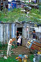 Família de moradores de favela em Curitiba, Paraná. 1980. Foto de Juca Martins.