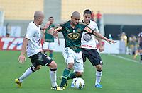 ATENÇÃO EDITOR: FOTO EMBARGADA PARA VEÍCULOS INTERNACIONAIS - SÃO PAULO, SP, 16 DE SETEMBRO DE 2012 - CAMPEONATO BRASILEIRO - PALMEIRAS x CORINTHIANS: Mauricio Ramos (c) durante partida Palmeiras x Corinthians, válida pela 25ª rodada do Campeonato Brasileiro no Estádio do Pacaembú. FOTO: LEVI BIANCO - BRAZIL PHOTO PRESS