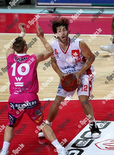 2007-11-03 / Basketbal / Antwerp Giants - Pepinster / .Ian Hanavan (Giants) met Nathan Hervelle van Pepinster...Foto: Maarten Straetemans (SMB)