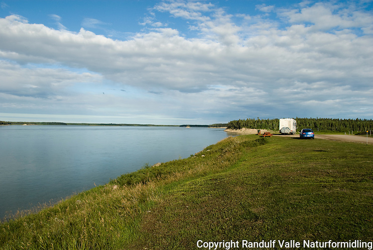 Bredden av Mackenzie River ved Fort Providence. ---- The banks of the Mackensie River at Fort Providence.