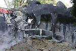 Foto: VidiPhoto<br /> <br /> ARNHEM &ndash; In Burgers&rsquo; Zoo in Arnhem is dinsdag door sloopbedrijf Putman het oudste deel van het park tegen de vlakte gewerkt. De kunstrots is in het begin van de oorlogsjaren gebouwd en was destijds het eerste tijgerverblijf in Nederland met &lsquo;natuurlijke&rsquo; barrieres in plaats van tralies. Rotsen werden toen nog met de hand gemaakt van cement. Voor het sloopbedrijf zijn de werkzaamheden daarom nu een eenvoudige klus. Ook de bomen rond het verblijf, die van diezelfde periode dateren, worden of zijn al gerooid. Die blijken vol met granaatscherven te zitten uit 1944, toen de dierentuin tijdens de Slag om Arnhem in de vuurlinie lag. Het hout is daarom onverkoopbaar. Terwijl de bevolking van de Gelderse hoofdstad werd ge&euml;vacueerd, mocht eigenaar-directeur blijven om de dieren te verzorgen. Op de historische plek wordt de komende maanden gebouwd aan twee enorme dierenverblijven van ieder 800 vierkante meter. Zo worden in een van de verblijven neusberen en doodshoofdaapjes samen gevoegd, een voor dierentuinen unieke combinatie. Het project wordt in eigen beheer uitgevoerd en moet voorjaar 2018 klaar zijn.