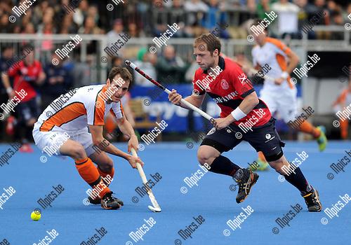 2012-05-17 / Hockey / 2011-2012 / Dragons - Waterloo Ducks / Renaud Pangrazio (r, Dragons) gaat voorbij Benjamin Van Hove..Foto: Mpics.be