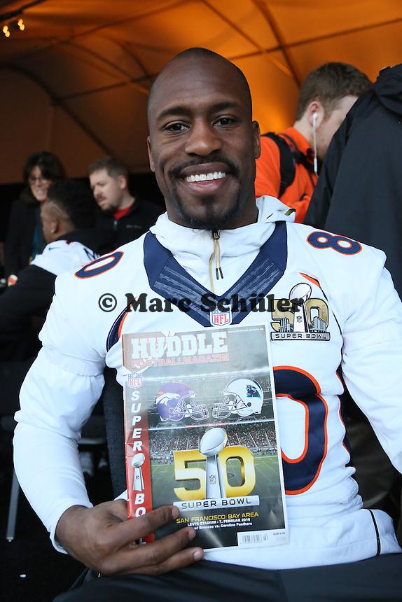 TE Vernon Davis (Broncos) blättert im Magazin HUDDLE - Super Bowl 50 Denver Broncos PK, Marriott Santa Clara