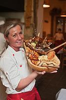 Europe/Voïvodie de Petite-Pologne/Cracovie:  Service du plat  de viandes de la ferme, cochonaille  et volaille au restaurant: Polskie Jaddlo Klasyka Polska