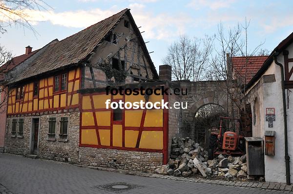 barockes Fachwerkhaus aus dem 18. Jh., das zur Hälfte eingefallen ist