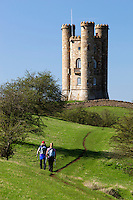United Kingdom, England, Worcestershire, Broadway: Walkers below Broadway Tower | Grossbritannien, England, Worcestershire, Broadway: Wanderer auf dem Weg zum Broadway Tower
