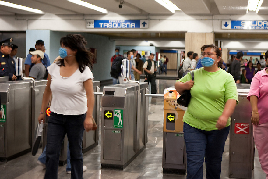 April 24, 2009 - Mexico City, Mexico - Residents of the Mexican capital wear surgical masks to protect themselves from the swine Flu in the metro system. Photo credit: Benedicte Desrus / Sipa Press