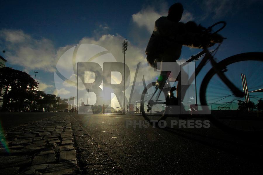 RIO DE  JANEIRO,RJ,14 DE AGOSTO DE 2012- AMANHECER CAPITAL  FLUMINENSE- Movimentação  no início da  mhã desta terça-feira (14) na  praia de Copacabana.<br /> Guto Maia Brazil Photo Press