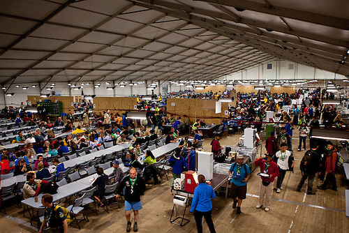 The dining hall in Adult town is starting to fill up. Photo: Kim Rask/Scouterna