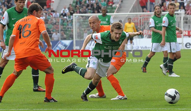 FBL 09/10  07. Spieltag Hinrunde / Weser Stadion<br /> Werder Bremen - Mainz05<br /> <br /> Elkin Soto (Mainz #19) foult Marko Marin ( Bremen GER #10 )<br /> <br /> Foto &copy; nph ( nordphoto )