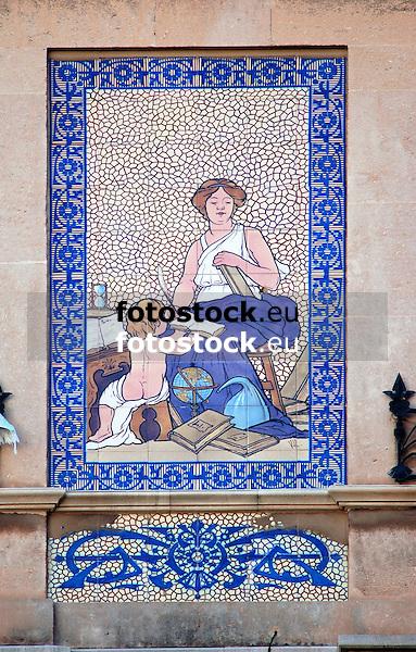 Can Barcel&oacute;, Plaza Josep Maria Quadrado, 9, (siglo XX) decorada con cer&aacute;micas policromadas de la antigua f&aacute;brica mallorquina &quot;La Roqueta&quot;, firmada por Vicen&ccedil; Lloren&ccedil;<br /> Can Barcel&oacute;, Plaza Josep Maria Quadrado, 9, (20th century) decorated with tiles of the antique mallorquean fabric &quot;La Roqueta&quot;, designed by Vicen&ccedil; Lloren&ccedil;<br /> Can Barcel&oacute;, Plaza Josep Maria Quadrado, 9, (20. Jh.) dekoriert mit Keramikkacheln der alten mallorquinischen Fabrik &quot;La Roqueta&quot;, gestaltet von Vicen&ccedil; Lloren&ccedil;<br /> 2915x1863 px