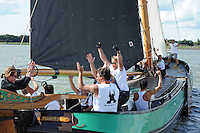 SKUTSJESILEN: LEMMER: Lemster baai, IJsselmeer, 09-08-2012, SKS skûtsjesilen, wedstrijd Lemmer II, De Sneker Pan, skûtsje Sneek heeft aan de 2e plaats voldoende om SKS kampioen 2012 te worden, Marije Faber (adviseur), schipper Douwe Jzn. Visser, Rimmer van Netten (grootschoot) springt op van vreugde, ©foto Martin de Jong