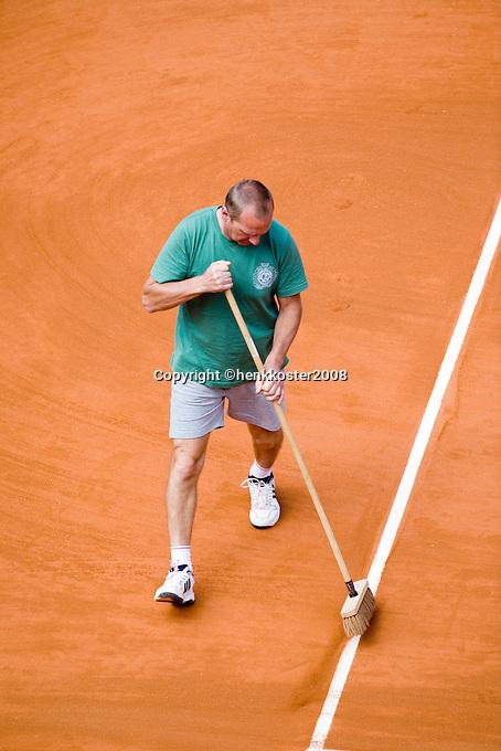 28-5-08, France,Paris, Tennis, Roland Garros,  court maintenance, line sweeping