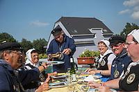 France, Pas-de-Calais (62), Berck-sur-Mer: Confrérie du Hareng Côtier - La Confrérie grille les harengs // France, Pas de Calais, Berck sur Mer: Brotherhood of Coastal Herring tasting grilled kippers