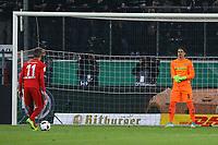 Mijat Gacinovic (Eintracht Frankfurt) erzielt im Elfmeterschießen gegen Torwart Yann Sommer (Borussia Mönchengladbach) das 3:3 - 25.04.2017: Borussia Moenchengladbach vs. Eintracht Frankfurt, DFB-Pokal Halbfinale, Borussia Park