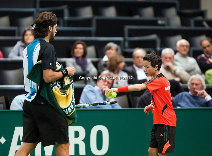 13-02-12, Netherlands,Tennis, Rotterdam, ABNAMRO WTT, Ballenjongen in actie bij Feliciano Lopez