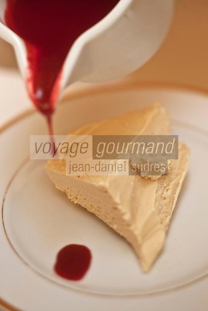 Europe/France/Rhone-Alpes/07/Ardéche/Lamastre:  Soufflé glacé aux châtaignes avec son  coulis de framboises, recette de Bernard  Perrier -  Hôtel du Midi/Barattéro
