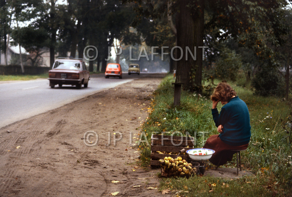 Poland, September, 1981 - A poor woman sells a few dozen potatoes along the highway in the Torun region of Poland. It is her entire crop for the year.<br /> Pologne, septembre 1981 &ndash; Une pauvre femme vend sa maigre r&eacute;colte de pomme terre au bord d&rsquo;une route nationale dans la r&eacute;gion de Torun.