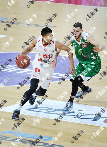 2016-01-31 / Basketbal / Seizoen 2015-2016 / Antwerp Giants - Aalstar /  Kwame Vaughn (Giants) passeert El Khounchar<br /> <br /> Foto: Mpics.be