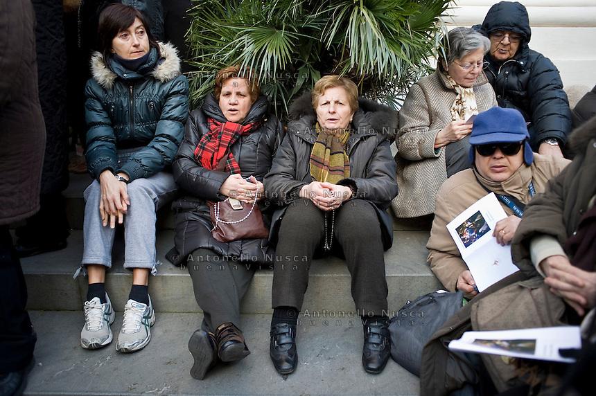 Roma, 28 Febbraio, 2013. Centinaia di fedeli si sono ritrovati a Castel Gandolfo per dare l'ultimo saluto a Papa Benedetto XVI dopo le sue dimissioni da Pontefice