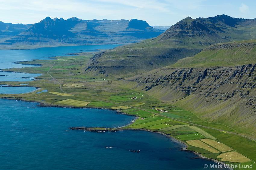 Kross, Krossgerði og Fossgerði enn fjær, séð til vesturs, Djúpavogshreppur áður Beruneshreppur  /  Kross, Krossgerdi and Fossgerdi further behind,  viewing west, Djupavogshreppur former Beruneshreppur.