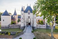 France, Loiret (45), Chilleurs-aux-Bois, château et jardins de Chamerolles, le châtelet d'entrée avec pont-levis (vue aérienne)