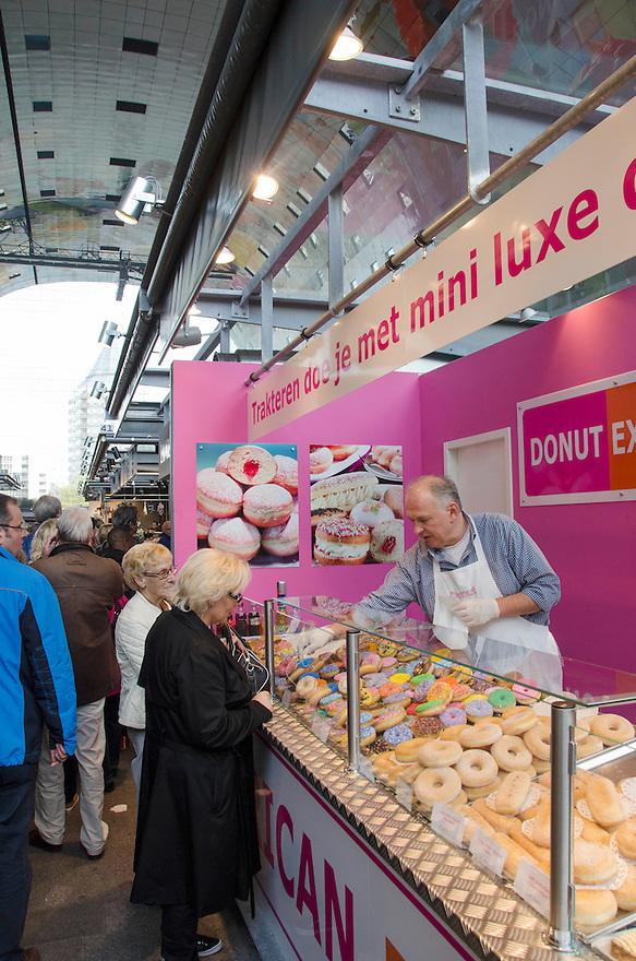 10okt2014<br /> De middenstand verkoop zoet gebak in de nieuwe markthal in Rotterdam.<br /> (c)renee teunis