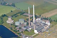 4415/Kraftwerk Robert Frank :EUROPA, DEUTSCHLAND, NIEDERSACHSEN, 13.06.2005:Erdgasfunde im nahen Weser-Ems-Gebiet waehrend der fuenfziger Jahre sowie ausreichend Kuehlwasser fuer den Betrieb eines großen Kraftwerks bestimmten die Entscheidung fuer den Bau eines Kraftwerks auf Erdgasbasis in Landesbergen, suedlich von Nienburg an der Weser. Die ersten beiden Bloecke, die mittlerweile nicht mehr in Betrieb sind, gingen 1962 ans Netz; zwei weitere kamen 1967 und 1973 hinzu. Inzwischen ist nur noch der zuletzt gebaute Block 4 in Betrieb.  .Am Standort des Gaskraftwerkes Robert Frank der E.ON Kraftwerke in Landesbergen entstand nach einer Bauzeit von nur 16 Monaten das Biomasseheizkraftwerk Landesbergen.  (Anlage im Hintergrund).Das Kraftwerk, in dem ueberwiegend Altholz verbrannt wird, leistet einen wichtigen Beitrag zur Reduzierung des Treibhausgases CO2. Im Betrieb wird CO2-neutral Strom produziert und damit jaehrlich rund 120.000 Tonnen CO2 eingespart.. . Luftaufnahme, Luftbild,  Luftansicht