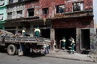 SÃO PAULO, SP, 06/01/2012, CRACOLANDIA.<br /> <br />  No quarto dia de operação na cracolandia, equipes de limpeza ainda trabalham pesado nos imoveis invadidos pelos viciados.<br />  Alguns do imoveis já estão sendo demolidos.<br /> <br />  Luiz Guarnieri/ News Free