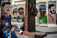 Berlin, Berliner Mauerstuecke mit Bilder von Libyens Muammar al-Gaddafi, Syriens Baschar al-Assad (v.l.), Zimbabwe Robert Mugabe, Chads Idriss Deby und Irans Mahmoud Ahmadinejad, am Dienstag (23.04.2013) in Berlin, Deutschland..