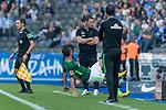 10.09.2017, Olympiastadion, Berlin, GER, 1.FBL, Hertha BSC vs SV Werder Bremen<br /> <br /> im Bild<br /> Fin Bartels (Werder Bremen #22) rutscht einem Ball zwischen den Trainern P&aacute;l D&aacute;rdai / Pal Dardai (Trainer Hertha BSC) und Alexander Nouri (Trainer SV Werder Bremen) in der Coachingzone hinterher, <br /> <br /> Foto &copy; nordphoto / Ewert