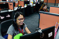 PHILIPPINES, Manila, KPO Knowledge Process Outsorcing, callcenter von Global Learning working for australian clients  / PHILIPPINEN, Manila, KPO Knowledge Process Outsorcing, callcenter von Global Learning arbeitet fuer australische Kunden, callcenter Agentin with voice phone headset beraet australische Studenten