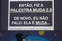 SÃO PAULO, SP. 05.02.2015 -  CAMPUS PARTY PALESTRAS DADO SCHINEIDER - Dado Schneider, criador da marca Claro, Mestre e Doutor em Comunicação pela PUC/RS durante palestra na oitava edição da Campus Party na tarde desta quinta-feira, (4).Dado ficou conhecido por suas formas inovadoras de construir suas palestras. No caso da Campus Party 2015 ele inova mais uma vez com uma palestra muda. (Foto: Renato Mendes / Brazil Photo Press)