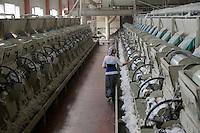 TURKEY, Adana, Pakmil ginning factory, processing of harvested conventional cotton, seperating of fibre and seed and pressing and packaging in cotton bales to supply the turkish textile industry / TUERKEI, Adana, Entkernungsfabrik Pakmil, konventionelle Baumwolle wird hier weiter verarbeitet, es werden Faser und Baumwollsamen sowie Stiel- u. Blattreste getrennt und die Baumwollfaser in Ballen gepresst und verpackt und an die tuerkische Textilindustrie geliefert