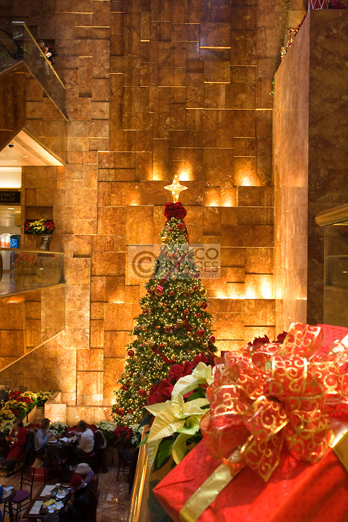 CHRISTMAS TREE LIGHTS ATRIUM TRUMP TOWER SHOPPING MALL FIFTH AVENUE MANHATTAN NEW YORK CITY USA