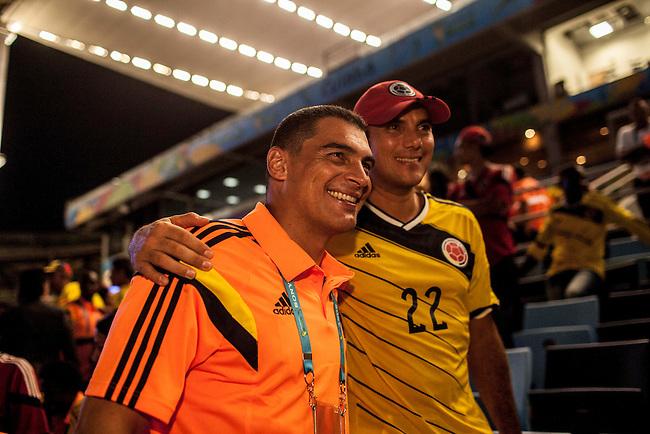 El arquero de la selecci&oacute;n Colombia Faryd Mondragon posa para una foto con su hermano Juan Felipe despu&eacute;s batir el record del jugador mas veterano en jugar un mundial durante el partido que Colombia le gan&oacute; 4 a1 a Jap&oacute;n  en Cuiaba el 24  de junio de 2014.<br /> <br /> Foto: Joaquin Sarmiento/Archivolatino<br /> <br /> COPYRIGHT: Archivolatino<br /> Solo para uso editorial. No esta permitida su venta o uso comercial.