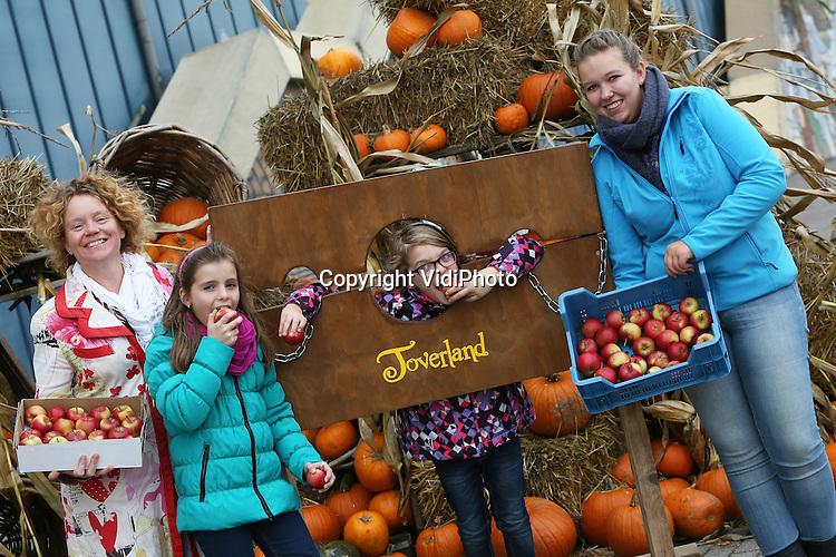 Foto: VidiPhoto<br /> <br /> SEVENUM - Kinderen worden dinsdag bij pretpark Toverland in het Limburgse Sevenum verrast met het kleinst eetbare appeltje ter wereld, de miniapolis. De appel is bedacht door professor Tupy van de universiteit van Praag en is vorig jaar door de Limburgse boomkweker Han Fleuren uit Baarlo in productie genomen. Dit jaar is het mini-appeltje voor het eerst ook voor consumenten beschikbaar en wordt de oogst -zo'n 7000 kilo- nu op tal van scholen en bij sportverenigingen in Zuid-Nederland gratis uitgedeeld en verkocht via retailers om te proeven. De appeltjes passen precies in een kinderhand en -mond en zijn heerlijk zoet. De reacties van de kinderen zijn volgens Corine Fleuren van Minitree -het handelsbedrijf van de boomkwekerij- unaniem positief. Voordeel is bovendien dat je het appeltje in je broekzak kunt steken, waar die vervolgens glimmend weer uit komt. Vandaar ook de bijnaam &quot;toverappeltje&quot;. De miniapolis is zo groot als een flink ei. Fleuren hoopt dat fruittelers de miniapolis zo snel mogelijk in productie nemen om de markt van de minisnack te kunnen voorzien. Ook particulieren kunnen echter een boompje aanschaffen.