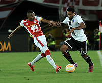BOGOTA- COLOMBIA – 26-02-2015: Luis Quiñones (Izq.) jugador del Independiente Santa Fe de Colombia, disputa el balón con Jean Beausejour (Der.) jugador de Colo Colo de Chile, durante partido entre Independiente Santa Fe de Colombia y Colo Colo de Chile, por la segunda fase, grupo 1, de la Copa Bridgestone Libertadores en el estadio Nemesio Camacho El Campin, de la ciudad de Bogota. / Luis Quiñones (L) player of Independiente Santa Fe of Colombia, figths for the ball with Jean Beausejour (R) player of Colo Colo of Chile during a match between Independiente Santa Fe of Colombia and Colo Colo of Chile for the second phase, group 1, of the Copa Bridgestone Libertadores in the Nemesio Camacho El Campin in Bogota city. Photo: VizzorImage / Luis Ramirez / Staff.
