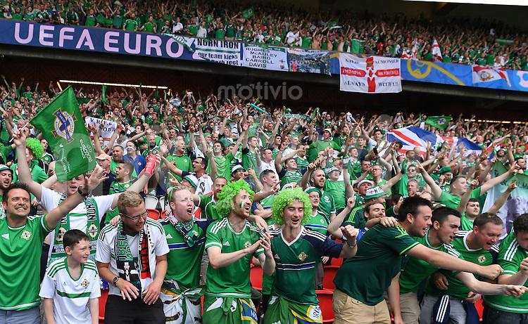 FUSSBALL EURO 2016 GRUPPE C IN PARIS Nordirland - Deutschland     21.06.2016 Fans aus Nordirland singen, singen, singen und feiern, feiern, feiern.