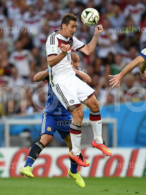 FUSSBALL WM 2014                FINALE Deutschland - Argentinien     13.07.2014 Miroslav Klose (Mitte, Deutschland) koepft vor Pablo Zabaleta (Argentinien)