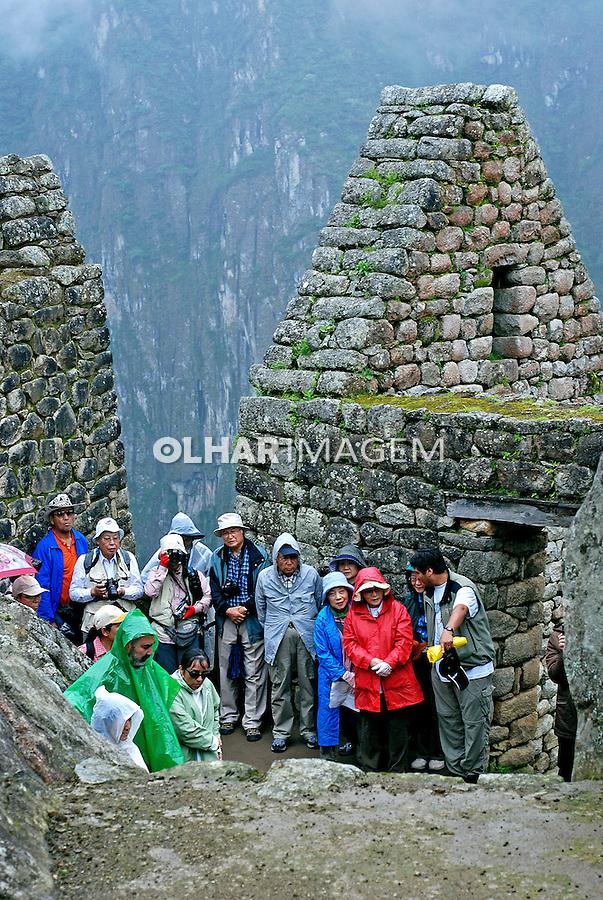 Turistas nas ruínas da cidade Inca de Machu Pichu. Cusco. Peru. 2007. Foto de Vinicius Romanini.